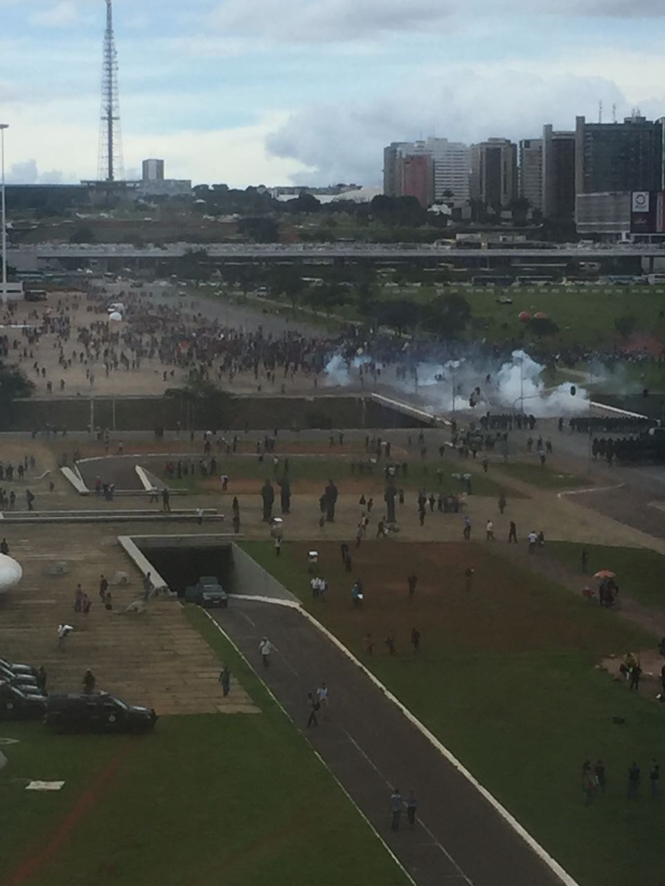 http://www.conversaafiada.com.br/brasil/comeca-a-guerra-civil-em-brasilia/