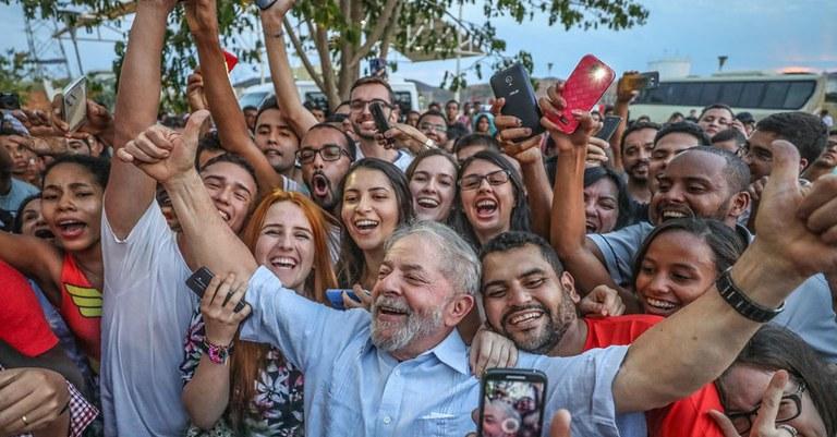 Resultado de imagem para foto de lula com o povo