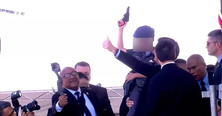 https://www.conversaafiada.com.br/politica/crianca-com-arma-de-brinquedo-e-farda-da-pm-posa-para-fotos-com-bolsonaro